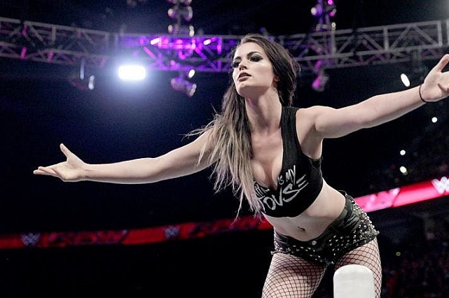 VIDEO Diva de la WWE Sasha Banks dio brutal patada a Paige y la retiró