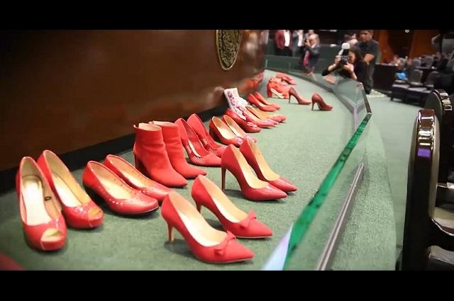 Diputadas se quitan los zapatos y protestan por asesinato de Fátima