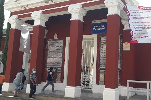 Panteón de Atlixco mantiene constante flujo de visitantes