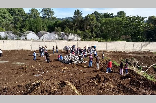 Edil auxiliar detiene construcción de panteón en Cuautlita