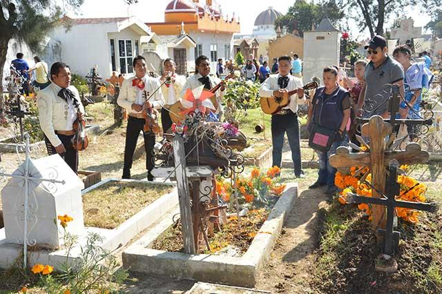 Miles de personas asistieron a los panteones de San Pedro Cholula