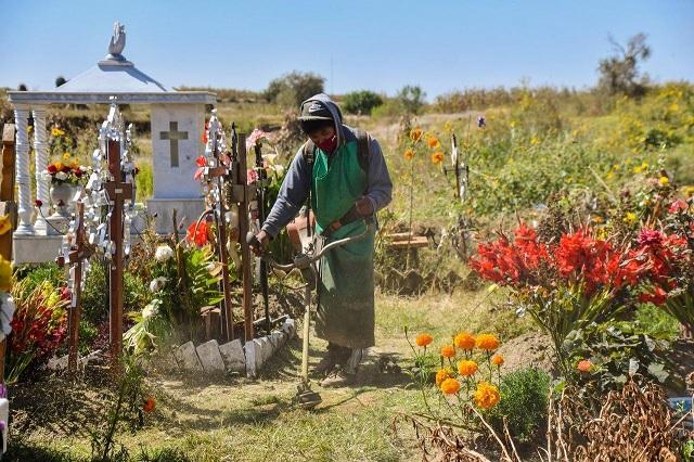 Realizan en Coronango trabajos de dignificación de panteones