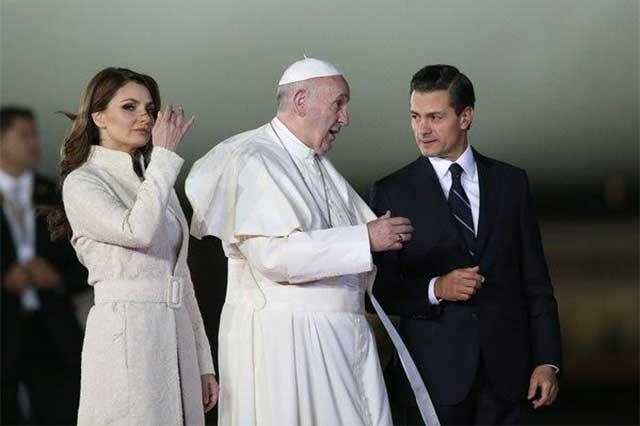 Vestimenta de Angélica Rivera violó el protocolo en recepción al Papa