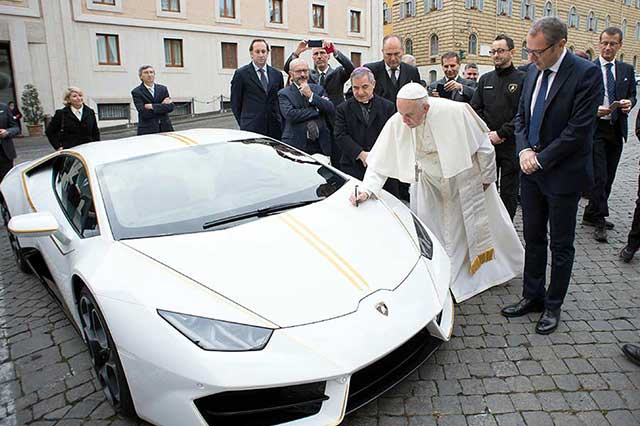 Regalan al Papa un Lamborghini Huracán y lo subastará para obras cristianas