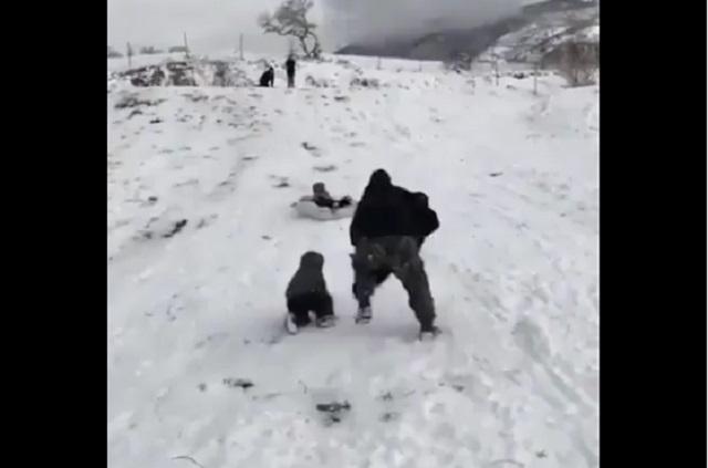 Video de papá que salva a sus hijos es viral; se la rifó, dicen