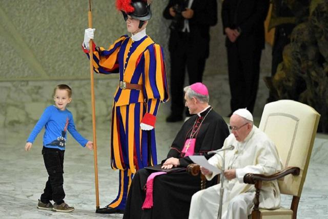Niño revoltoso burla la seguridad y juega con el Papa Francisco