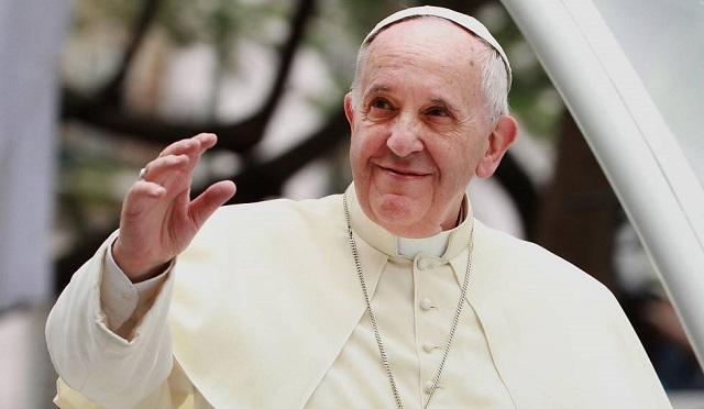 Video: Papa Francisco se molesta y le pega a mujer que lo jaló