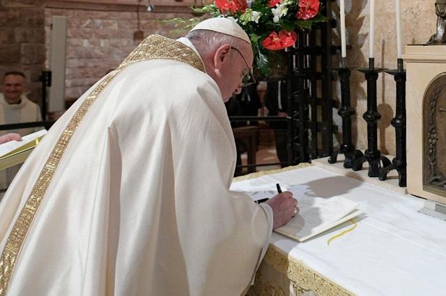 Pide el Papa a periodistas que busquen noticias en las calles no en el celular