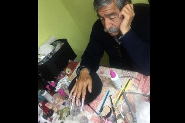 Hombre se pone uñas para ayudar a su hija que quiere ser modelo