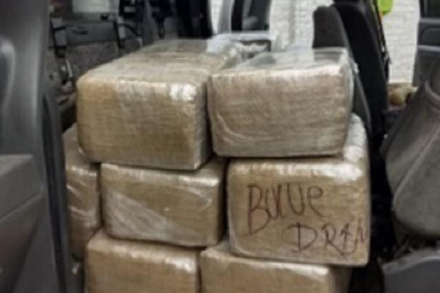 Hallan 140 kilos de mariguana en una camioneta, en la colonia Azteca