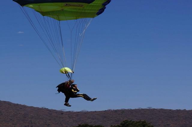 Video: Paracaídas de hombre se enreda, provocándole caída peligrosa