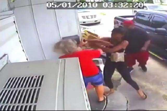 Pareja golpea a mujer y a su hija porque les sirvieron la comida fría