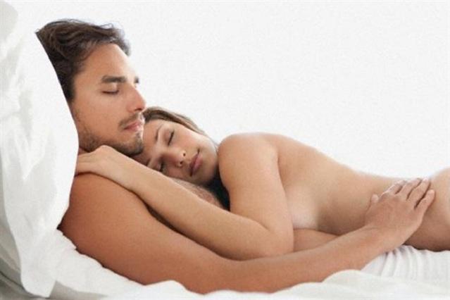 5 beneficios de dormir desnudos en pareja
