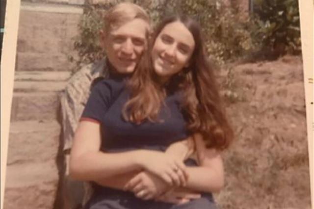 Tras luchar contra Covid-19, pareja muere tomada de la mano