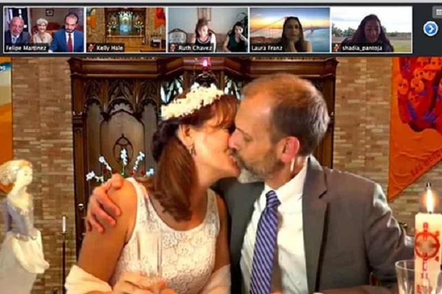 Con todo e invitados, pareja mexicana se casa vía 'Zoom'