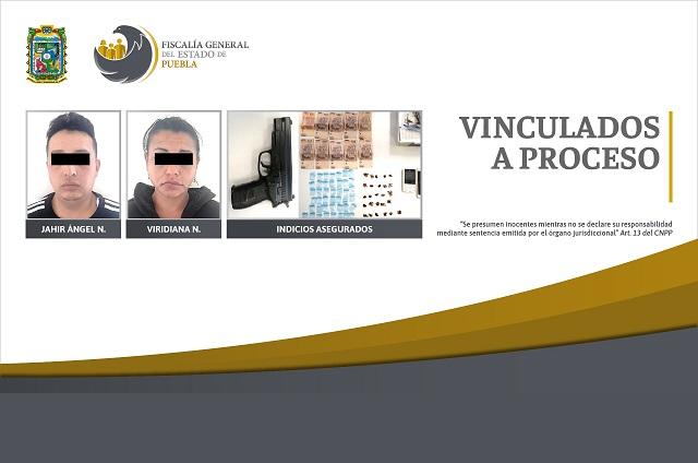 FGE detuvo a hombre y mujer con droga y arma, en Puebla