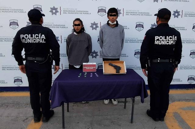 En pareja robaban en el transporte público de Puebla