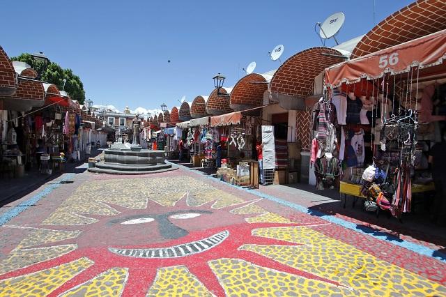 Ni vendiendo cubrebocas suben ventas de artesanos en El Parián