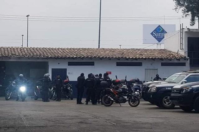 Director de seguridad exhibe a policía frente a delincuente en Tehuacán