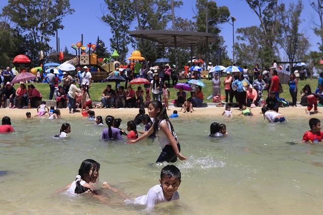 Poblanos se dan un chapuzón en el recién inaugurado Parque de Amalucan