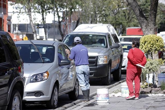 Franeleros controlan la Avenida Juárez y burlan parquímetros