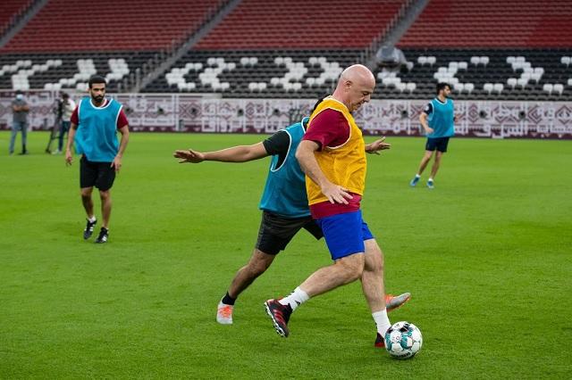 Presidente de FIFA aprovecha para 'cascarear' en estadio de Qatar 2022