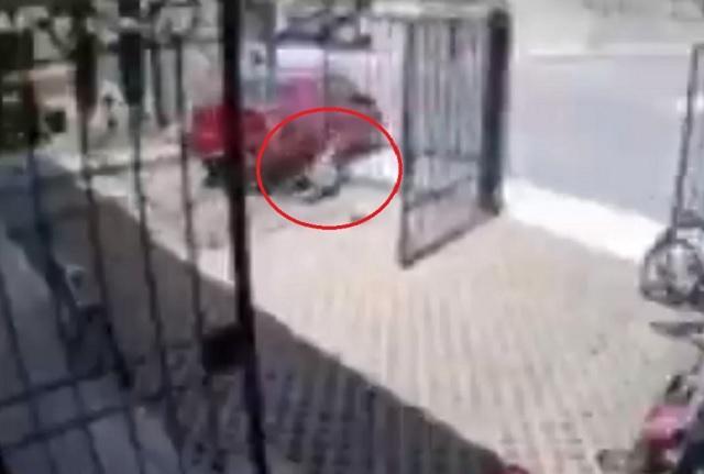 Graban a automovilista que se echó de reversa y atropelló a una niña
