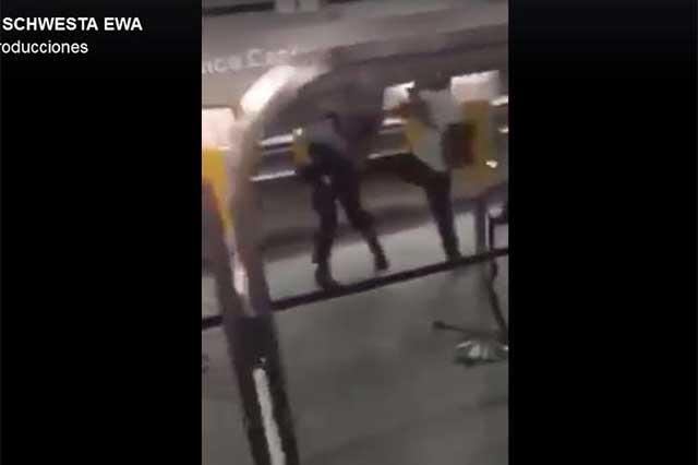 Hombre se molesta en aeropuerto y noquea a policías