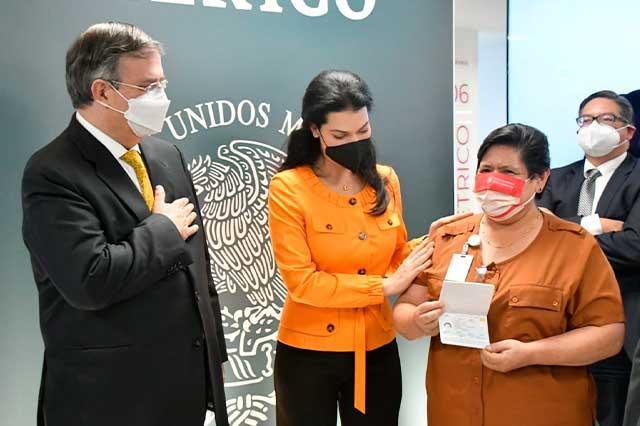 """Presentan nuevo """"pasaporte electrónico"""" para México"""