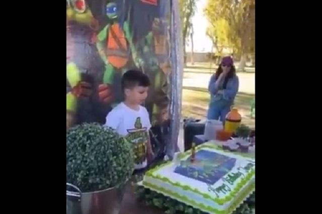 Video: Niño enojado intenta tirar su pastel porque su tía lo empujó