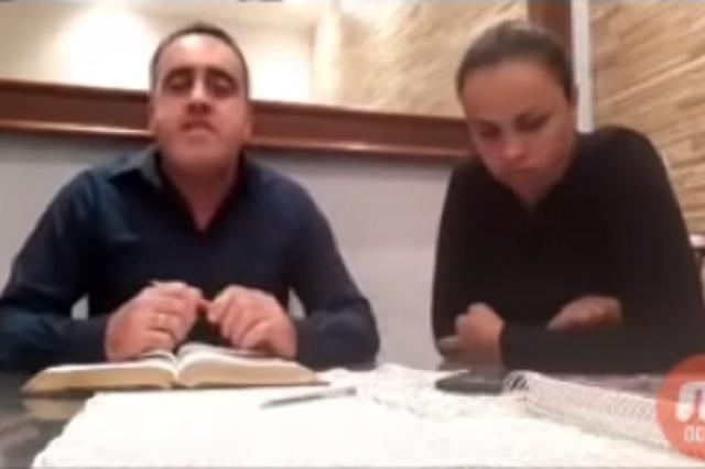 Pastor golpea a su esposa mientras hacía transmisión en vivo