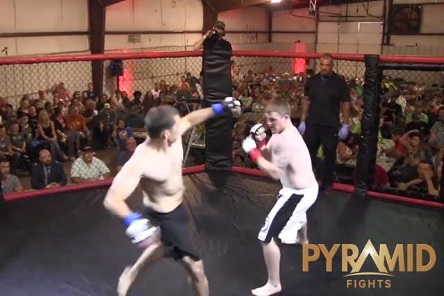 Golpe brutal: Con patada violenta noquea a su rival en 4 segundos