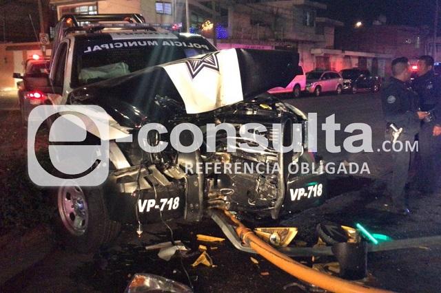Choca patrulla, deja 3 heridos y un semáforo tirado en Puebla