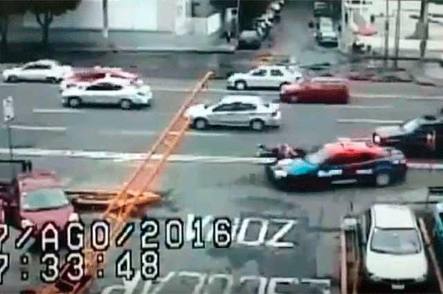 Graban el momento en que una patrulla atropella a 2 mujeres