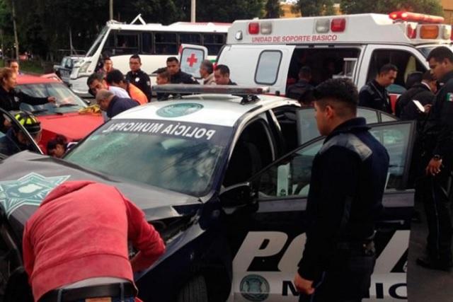 Quedan heridos 3 policías al chocar veloz patrulla en Xonaca