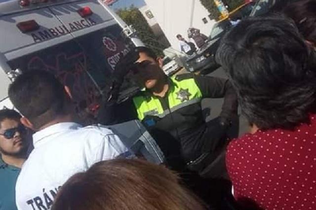 Patrulla de vialidad de Puebla embiste a dos hombres