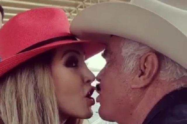 Vicente Fernández le roba un beso a Paty Navidad