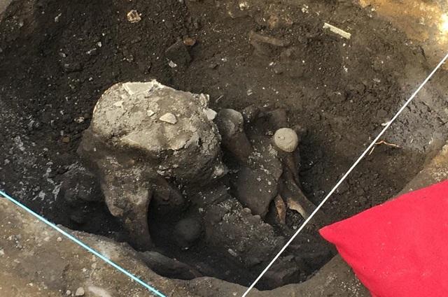 Pavimentan calle en San Andrés y hallan entierro prehispánico