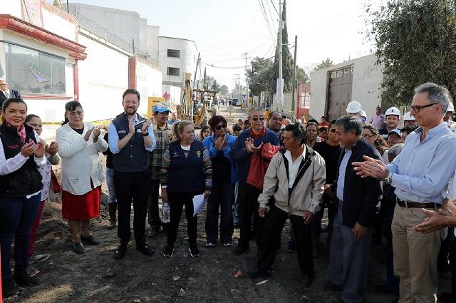 Luis Banck arranca pavimentación de vialidad en Xilotzingo