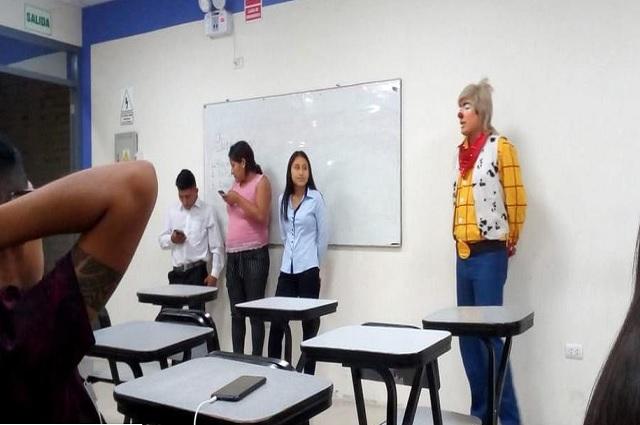 Estudiante de derecho expone vestido de payasito, averigua por qué