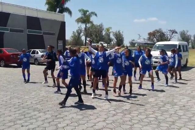 Jugadoras de futbol del Club Puebla entrenan al ritmo del Payaso de Rodeo