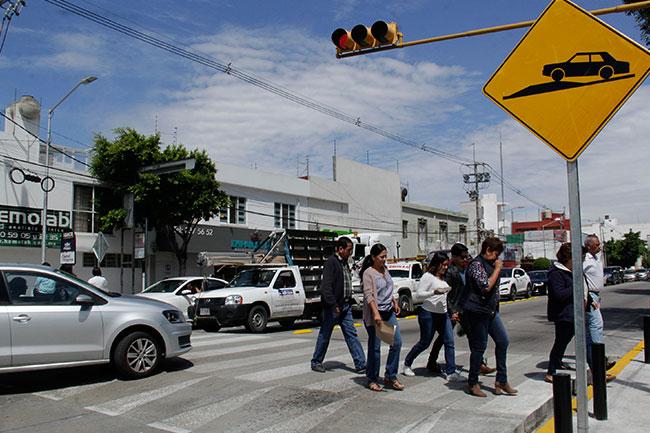 Ignoran peatones advertencias de riesgo en aceras del Centro Histórico