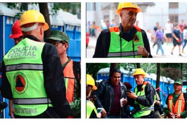 Productor de Televisa usa chaleco de Policía Federal y reportera de Marina