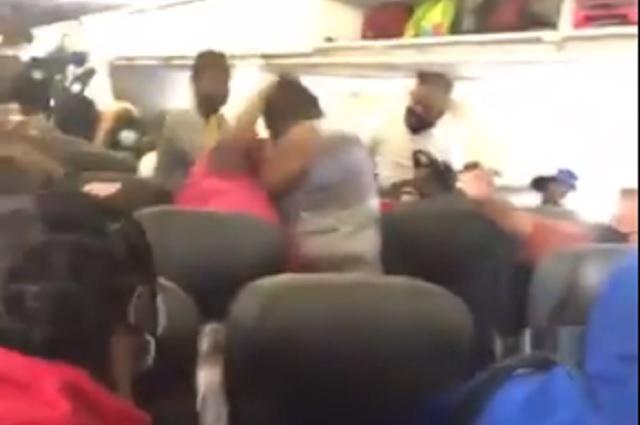 Mujeres pelean en avión luego de que una se negara a usar cubrebocas