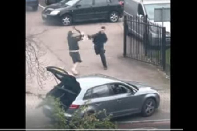 Armados con patineta y sombrilla, hombres protagonizan pelea viral