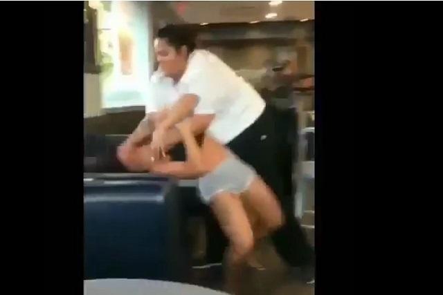 Video: Mujer recibe golpiza de empleada y muestra uno de sus senos en trifulca