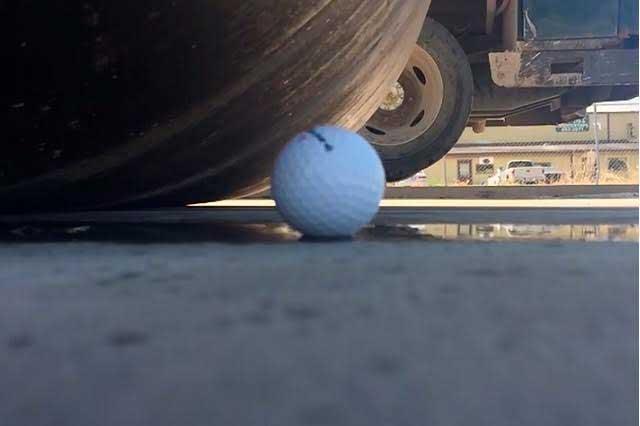 Hagan sus apuestas: ¿Destroza una aplanadora una pelota de golf?