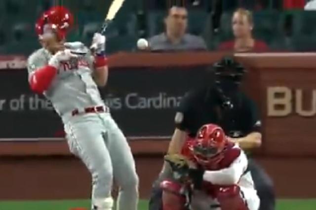 MLB: Bryce Harper recibe terrible pelotazo en el rostro a 156 Km/h
