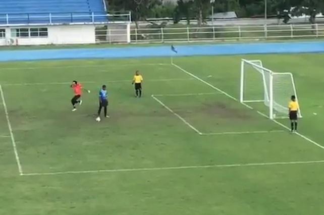 Portero con mala suerte o tirador afortunado: El penalti que sí fue gol