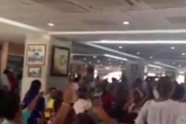 Pensionados abuchean a Javier Duarte y le exigen su salida